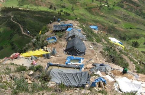 DAÑO ECOLÓGICO. Insumos químicos son vertidos a las quebradas y arrasan con todo signo de vida. (Andina)