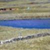 Laguna Los Gentiles, las mismas que desaparecerían con las actividades mineras, atrás se evidencia la maquinaria de la Empresa Minera Coimolache.